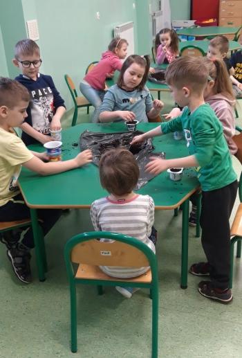 Przedszkolaki z grupy VIII założyły zielony ogródek w sali