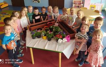 Dzieci z grupy II sadzili kwiatki