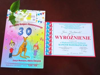 Dyplomy i nagrody książkowe dla wyróżnionych uczniów